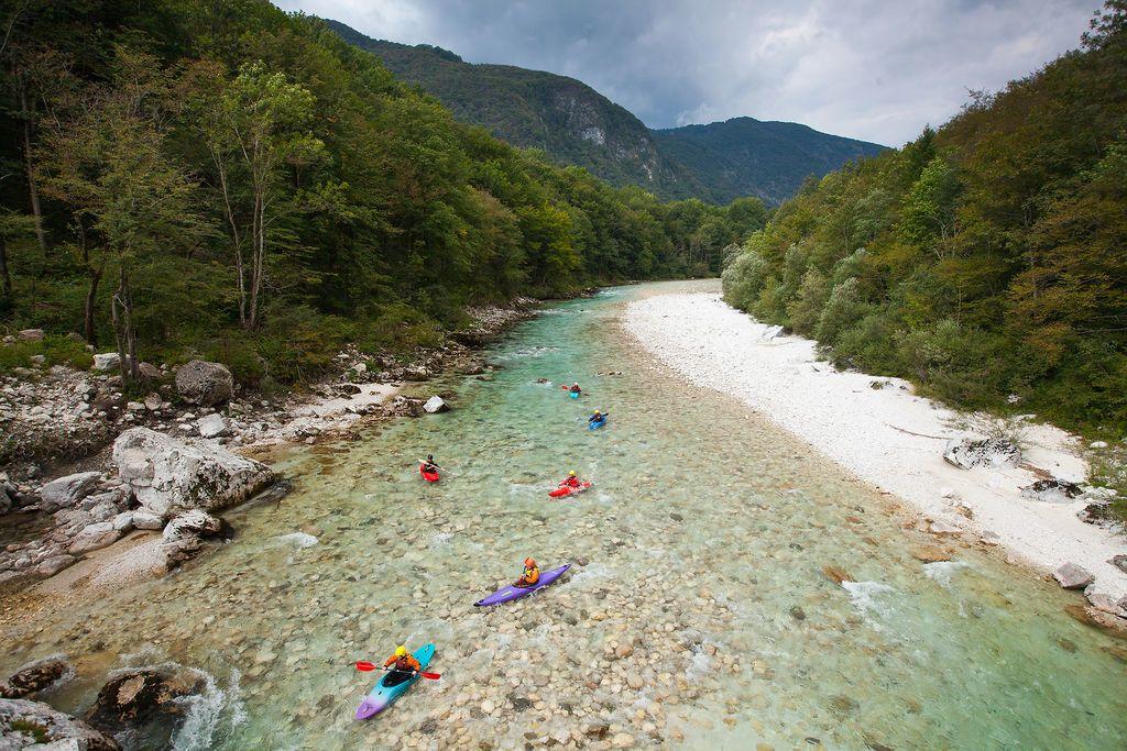Alles klar bei der Paddeltour? Die Kajaks scheinen auf der Soča zu schweben, so rein ist der slowenische Fluss (c) Boris Pretnar /www.slovenia.info