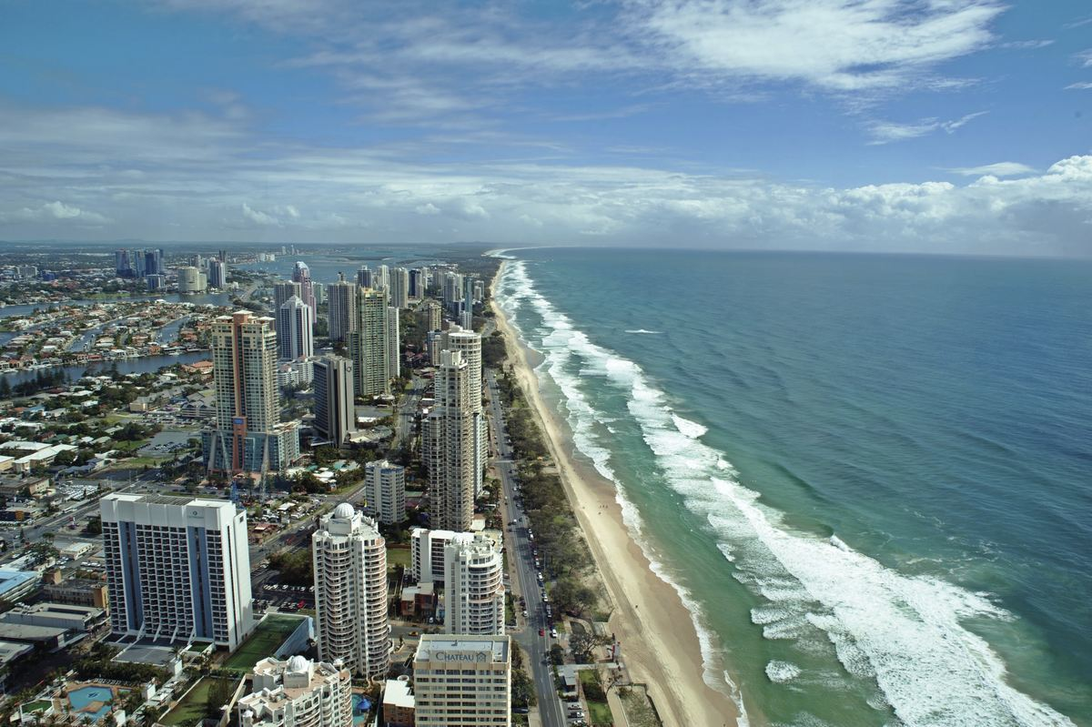 Surfers Paradise in Queensland © Tourism Australia