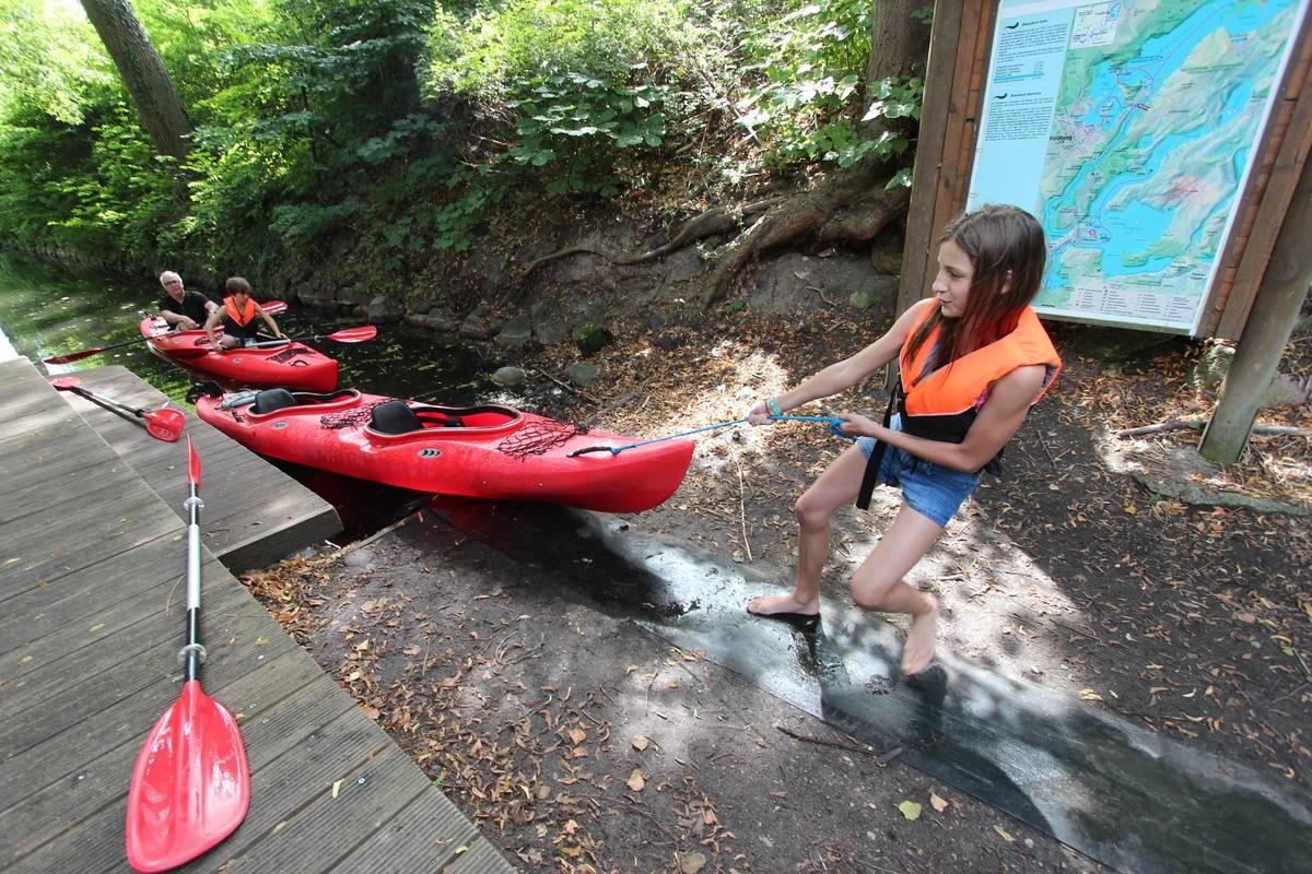 Kurz unter Zugzwang: Kanu umtragen am idyllischen Seerosenkanal