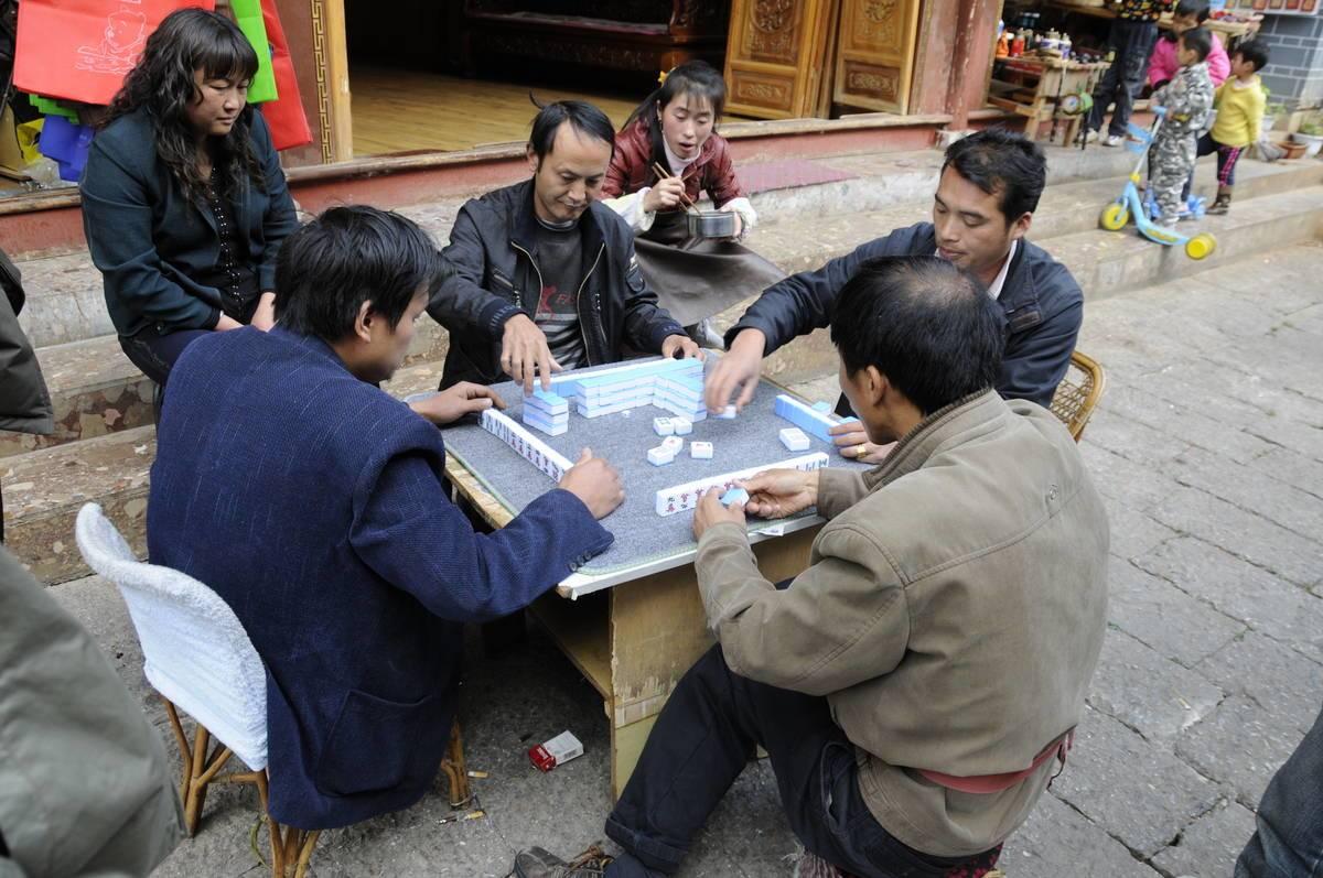 Vier Männer beim Mahjong spielen an der Straße @ Stefan Nink