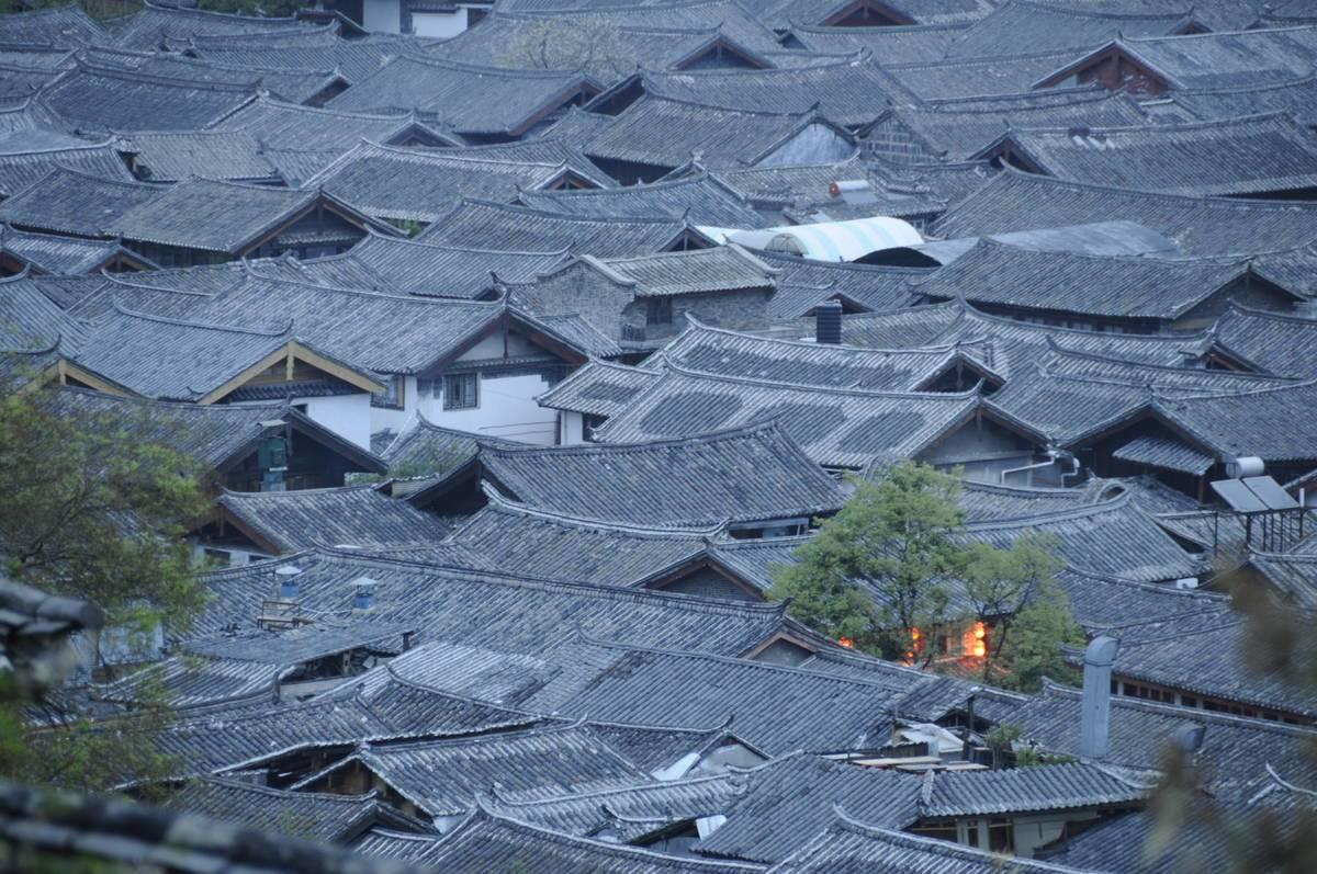 Vom Hügel aus betrachtet, sieht es so aus, als verstecke sich ganz Shigu unter einem einzigen Dach. @ Stefan Nink