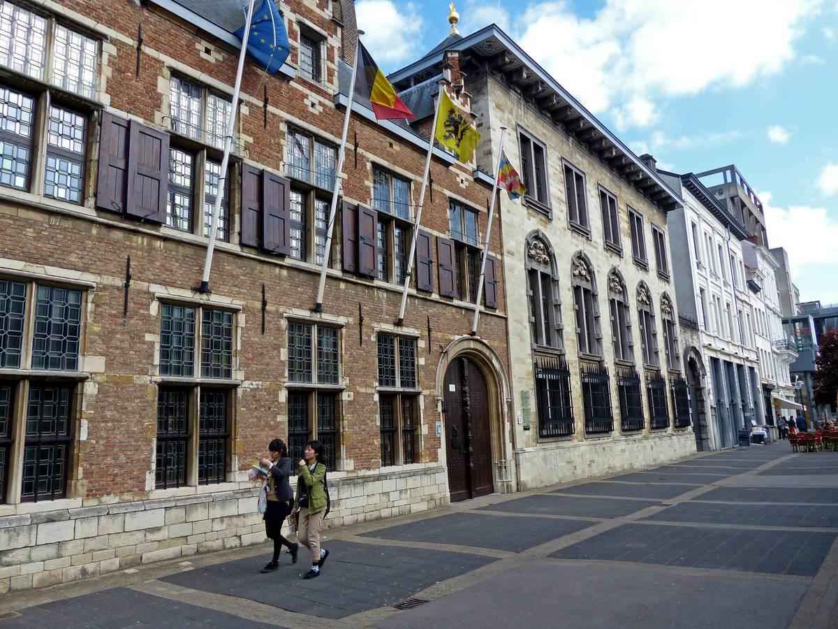 Prädikat wertvoll Die jungen Damen mit dem Reiseführer in der Hand streben nach dem Besuch im Rubens-Haus zu weiteren Kultur-Highlights der Stadt – es gibt ja genug. @ Martina Sörensen