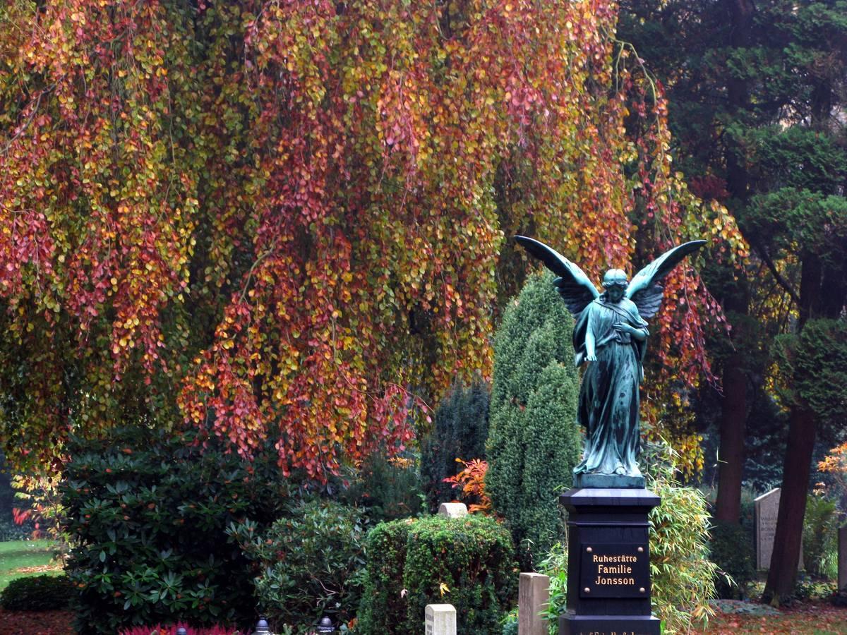 Farbenfrohe Flora, schöne Statuen: Ein Spaziergang über den größten Parkfriedhof der Welt ist im Herbst besonders schön