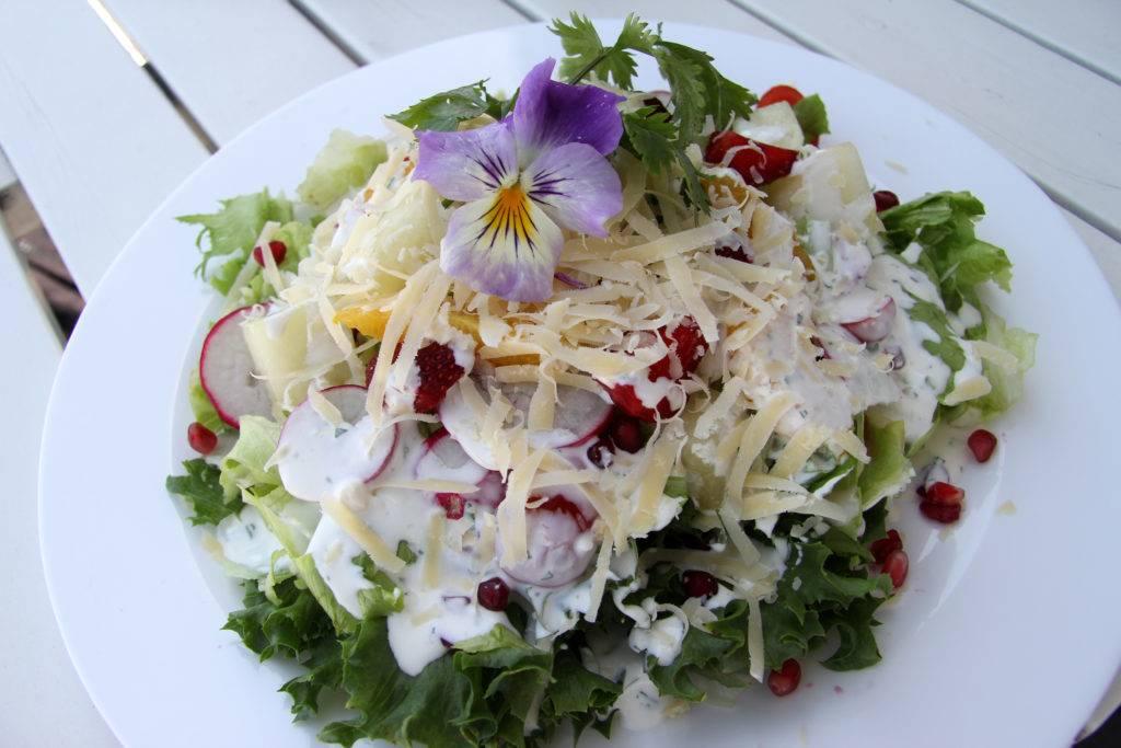 Mit viel Liebe zum Detail ... wird auf Saaremaa eigentlich alles gemacht. Dieser leckere, sommerliche Salat im kleinen Restaurant am Seehafen Roomassaare am südlichen Ende von Kuressaare kostet gerade einmal vier Euro. © Jessica Mintelowsky