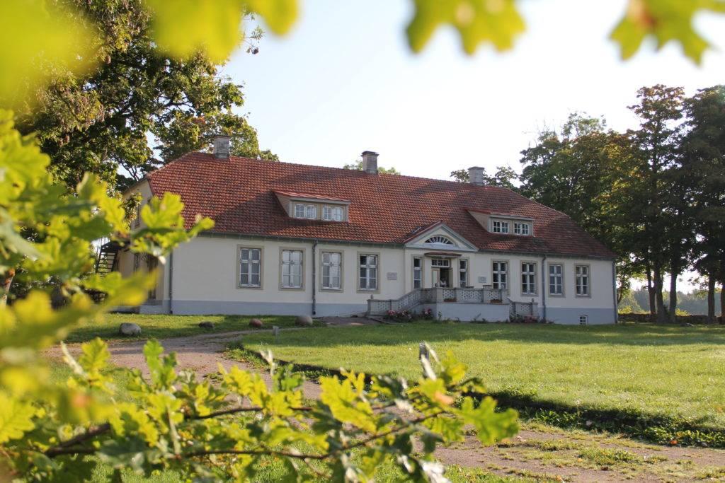 Die Unterkunft bietet sie gleich dazu: Maarika Toomel ist ebenfalls Managerin von Loona Manor, einem ehemaligen Herrenhaus aus dem 19. Jahrhundert. Es ist nicht nur ein Hotel und Zentrum des Vilsandi Nationalparks – hier finden auch Veranstaltungen und Konzerte statt. © Jessica Mintelowsky