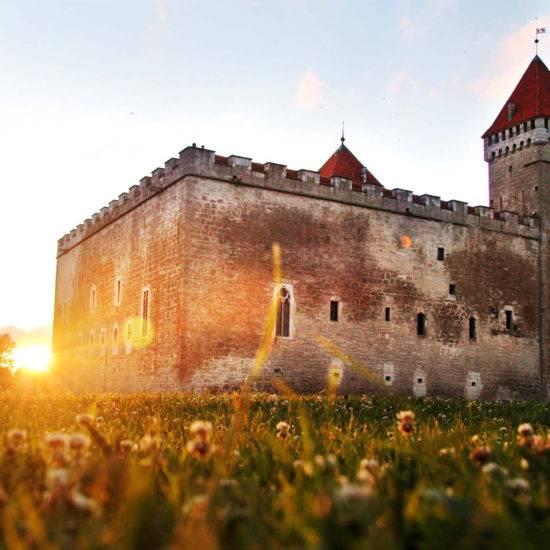 Ein Wahrzeichen Kuressaares: Die Bischofsburg aus dem 13. Jahrhundert ist die einzige vollkommen erhalten gebliebene mittelalterliche Burg im Baltikum. Sie beherbergt außerdem das Museum von Saaremaa – im Sommer finden hier auch Veranstaltungen statt. © Jessica Mintelowsky