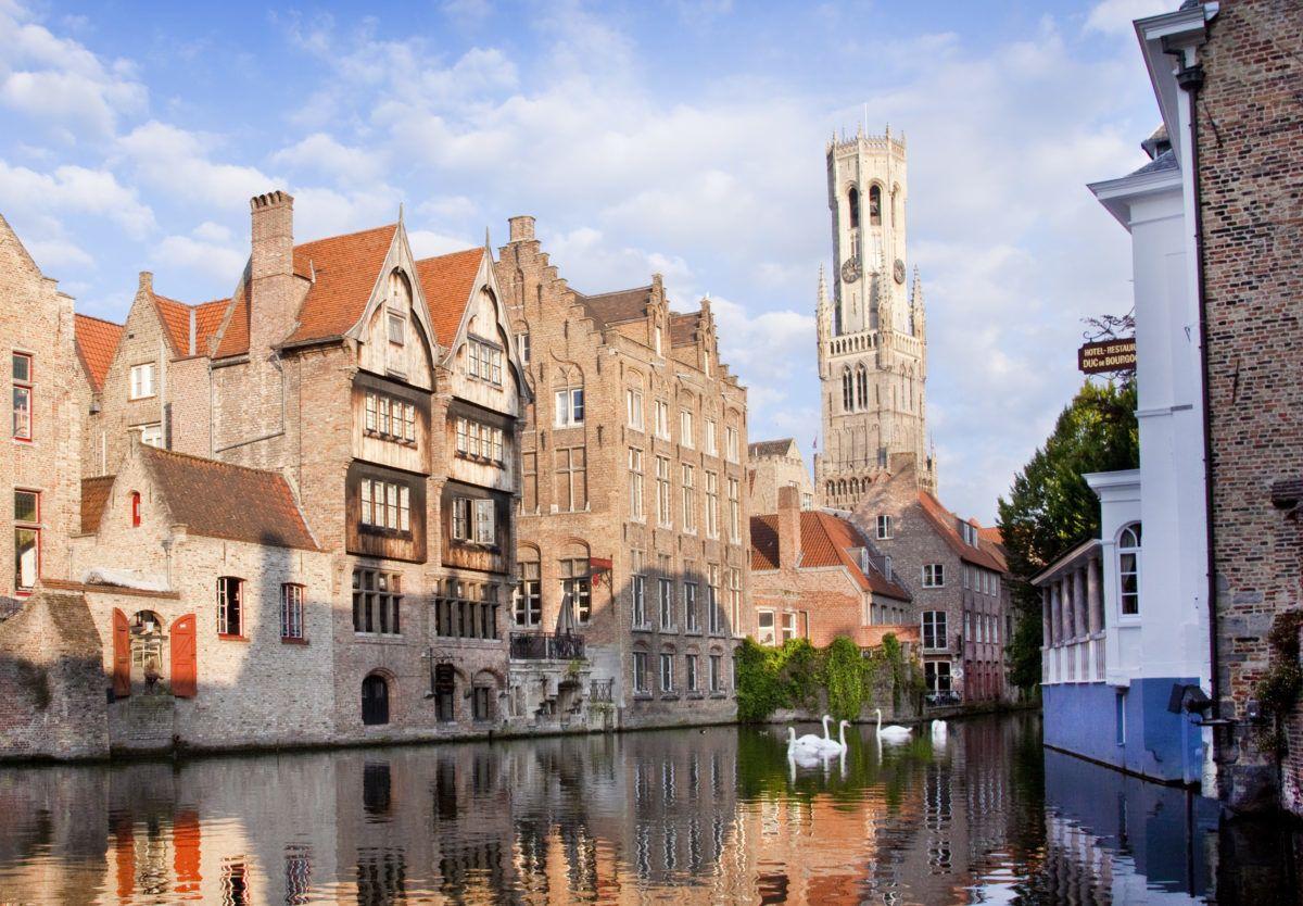 An Brügges Rozenhoedkai habt ihr einen schönen Blick auf Kanäle und Backsteinhäuser © VisitFlanders/ Jan D'Hondt
