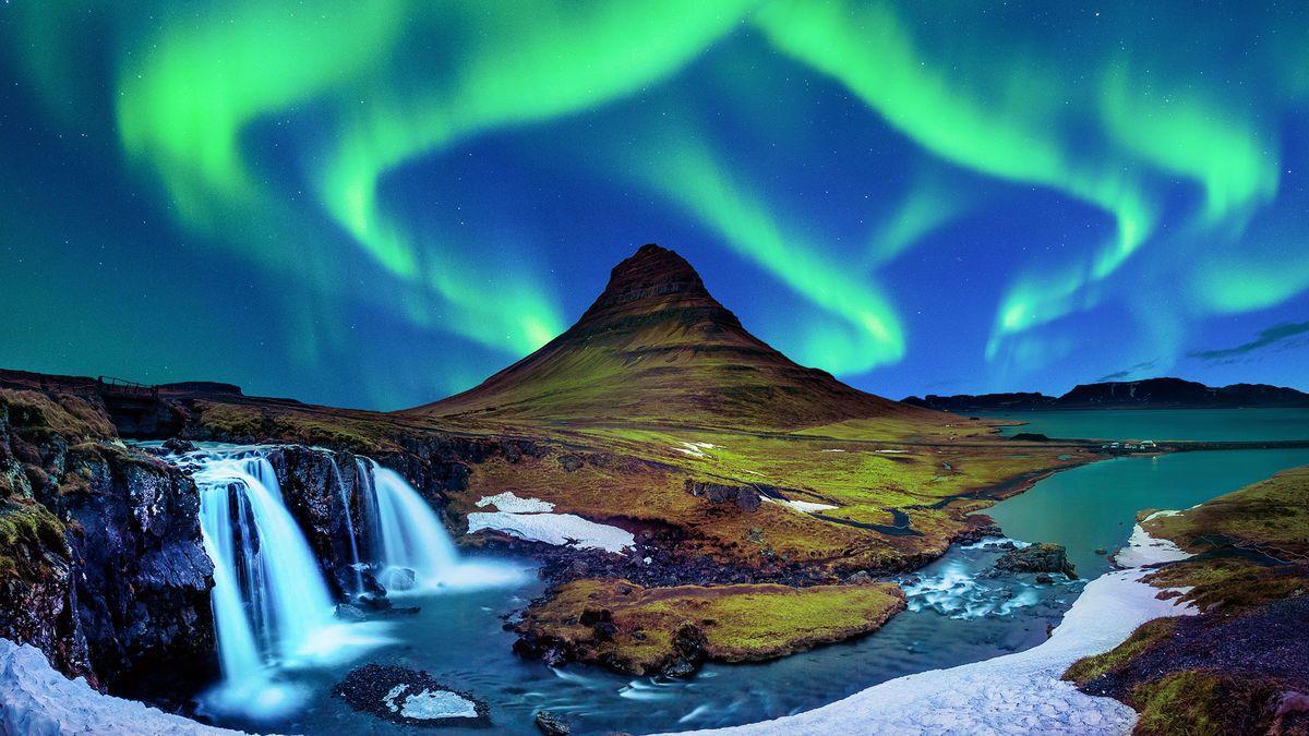 Magischer Moment in Island – Polarlichter am Kirkjufell-Wasserfall © tawatchai1990 - stock.adobe.com