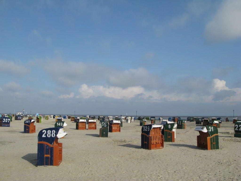 Strand mit Strandkörben in Neuharlingersiel in Ostfriesland